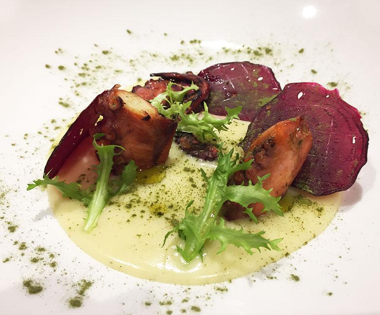 Polipo Arrostito su Crema di Patate Chips di Barbabietola e polvere di Spinaci da gustare alla Tenuta Albertini di Zevio in Provincia di Verona